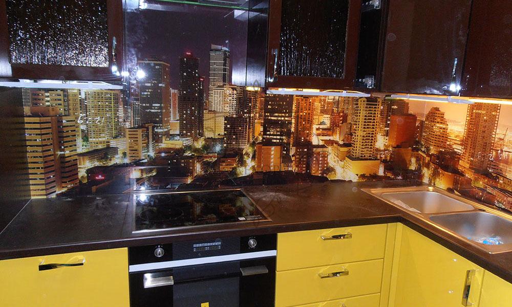 Город в желто-коричневой кухне