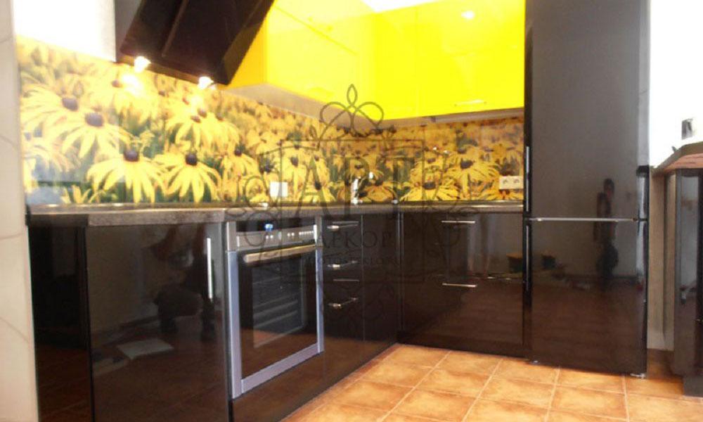 Ромашки в желто-черной кухне