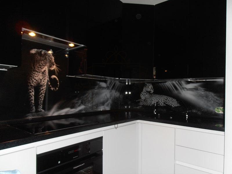 Леопарды в черно белой кухне