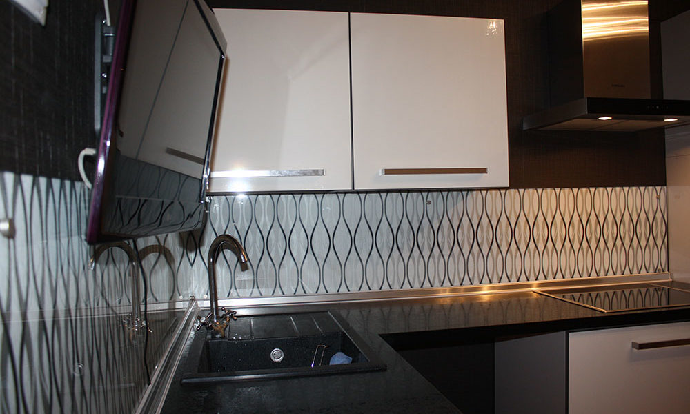 Абстрактный рисунок в белой кухне