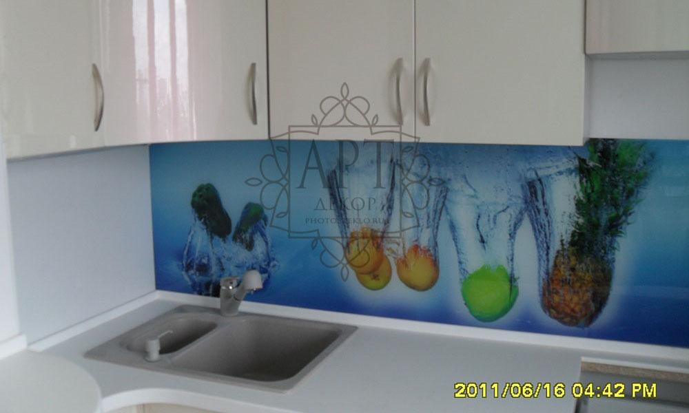 Фрукты в белой кухне
