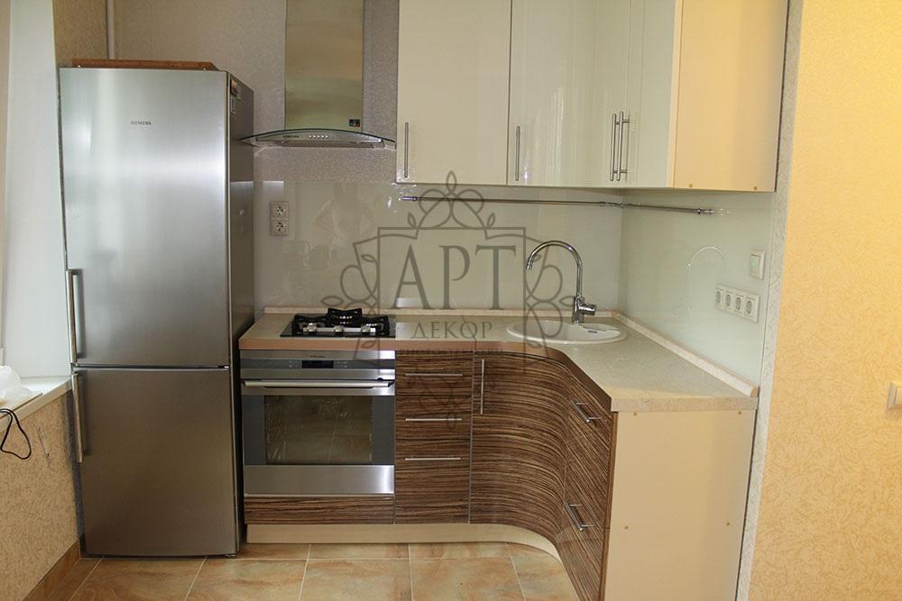 Белая выкраска в бело-коричневой кухне