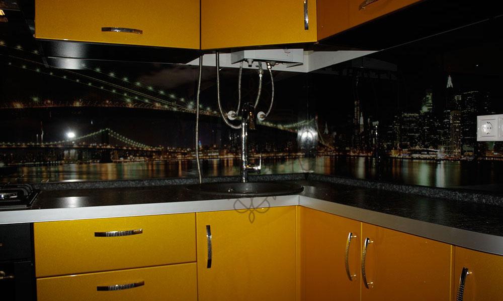 Бруклинский мост в желтой кухне