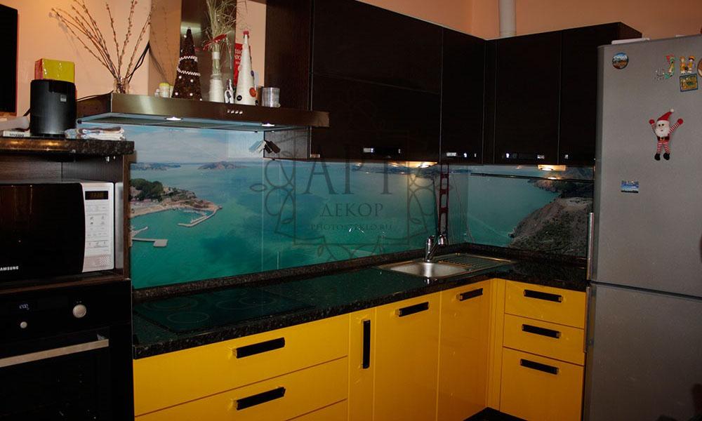 Море в желто-черной кухне