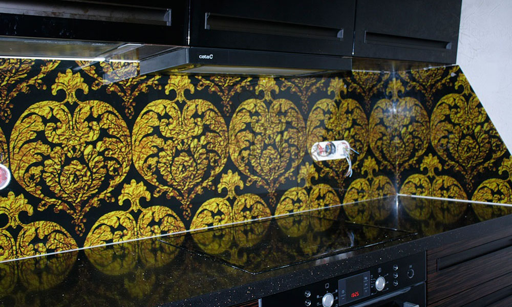 Золотые узоры в черной кухне