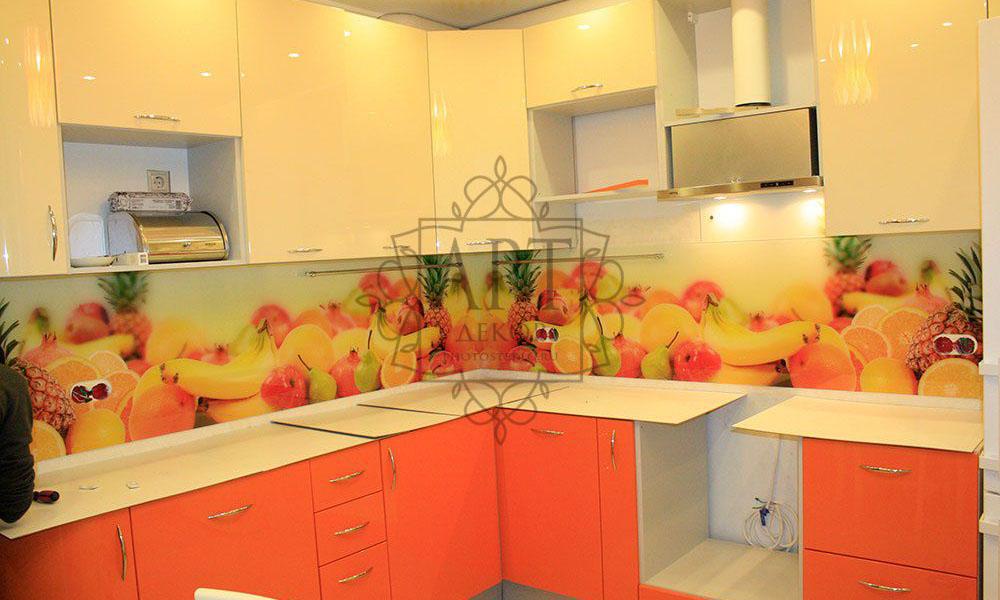 Фрукты в оранжевой кухне