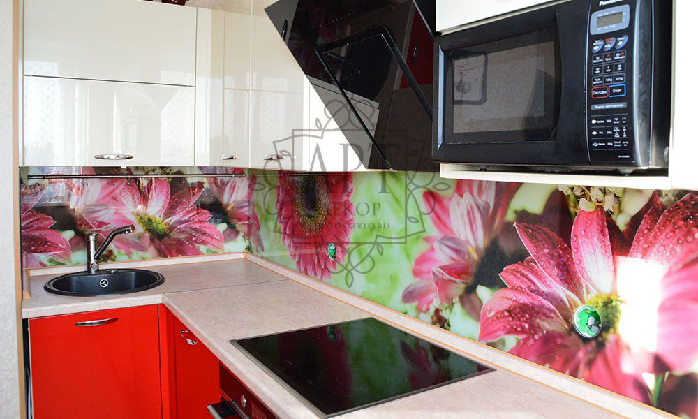 Красные цветы в бело-красной кухне