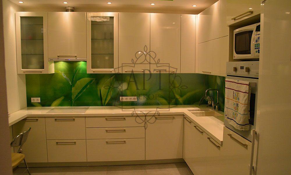 Зеленые листья в белой кухне