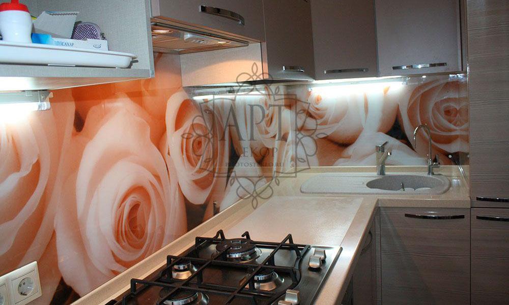 Розы в светлой кухне