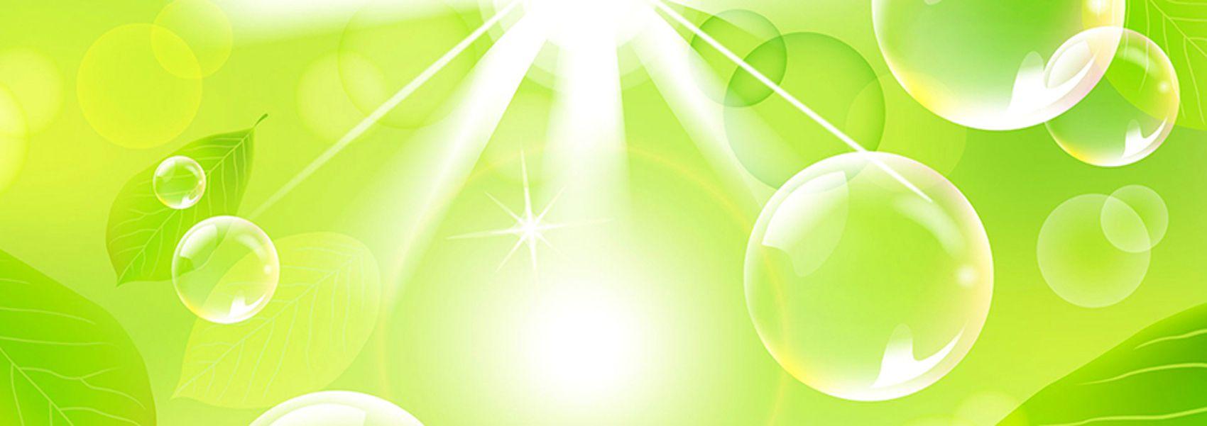 прозрачные шары на зеленом фоне