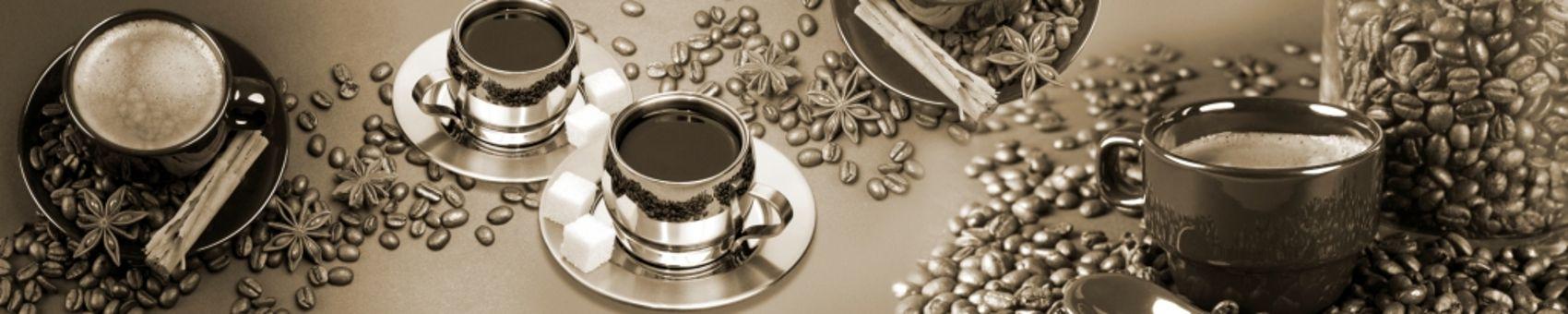 Чашки кофе с россыпью зерен
