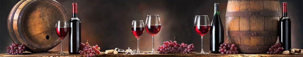 Скинали вино в бокалах, бутылках и бочках