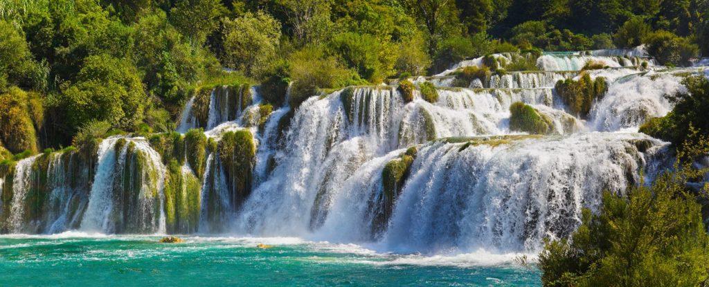 Яркий водопад в солнечном свете