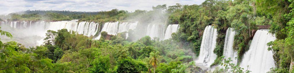 Водопад на холмистых равнинах в лесу