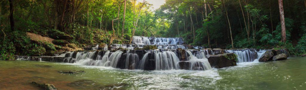 Красочный водопад в лесной зоне