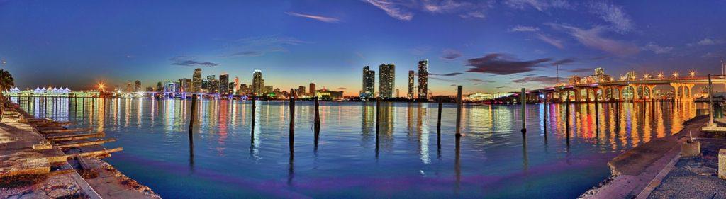Вечерние оги города на воде