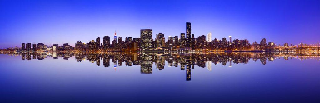 Нью-Йорк в зеркальном отражении воды