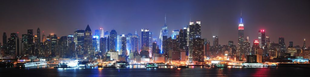 Чикаго в разноцветных огнях ночью