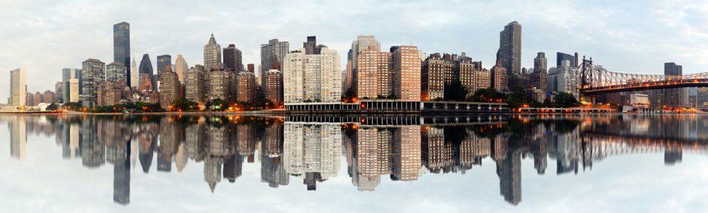 Отражение панорамы Нью-Йорка