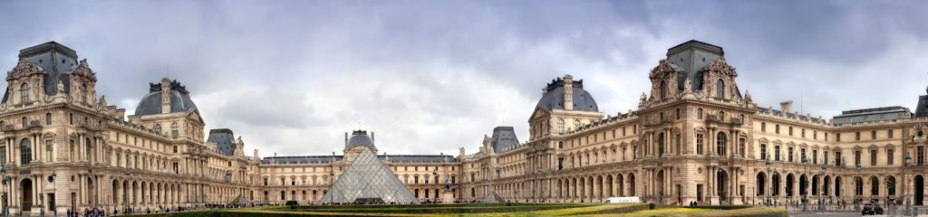 Лувр - старинный королевский замок в Париже