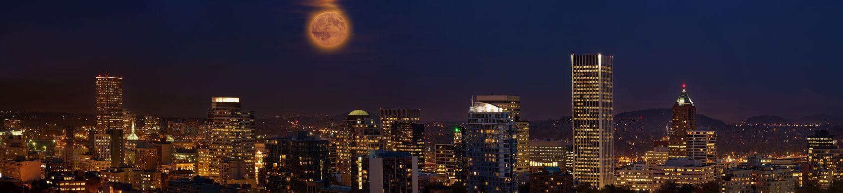 Жёлтая луна над ночным городом
