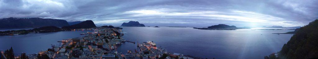 Город на острове ночью