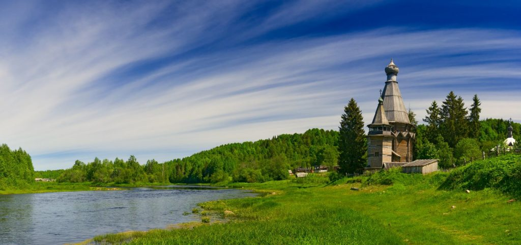 старая церковь у реки