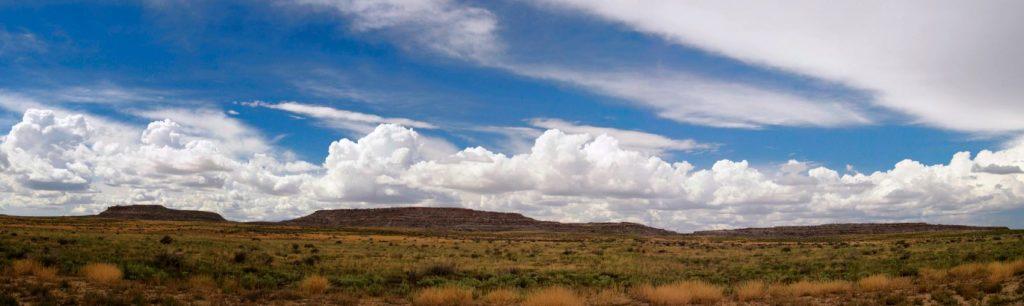 горы в пустынных полях