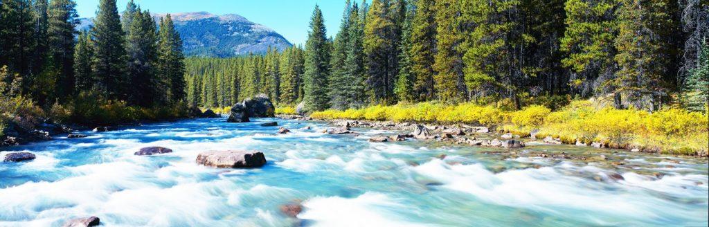 лазурная река с быстрым течением
