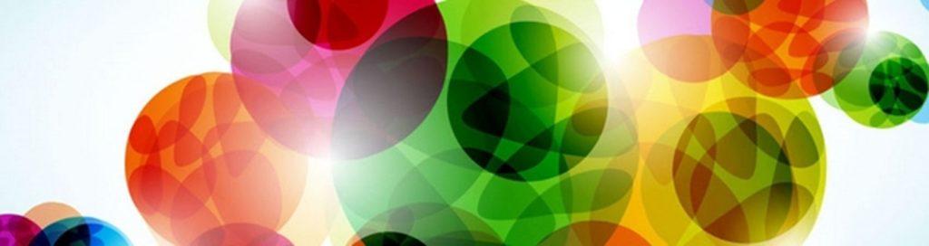 Крупные цветные шары на белом фоне