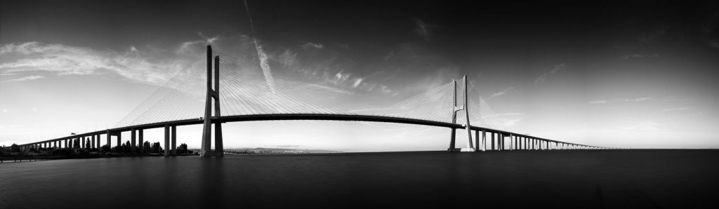 Мост Васко да Гама в черно-белом цвете