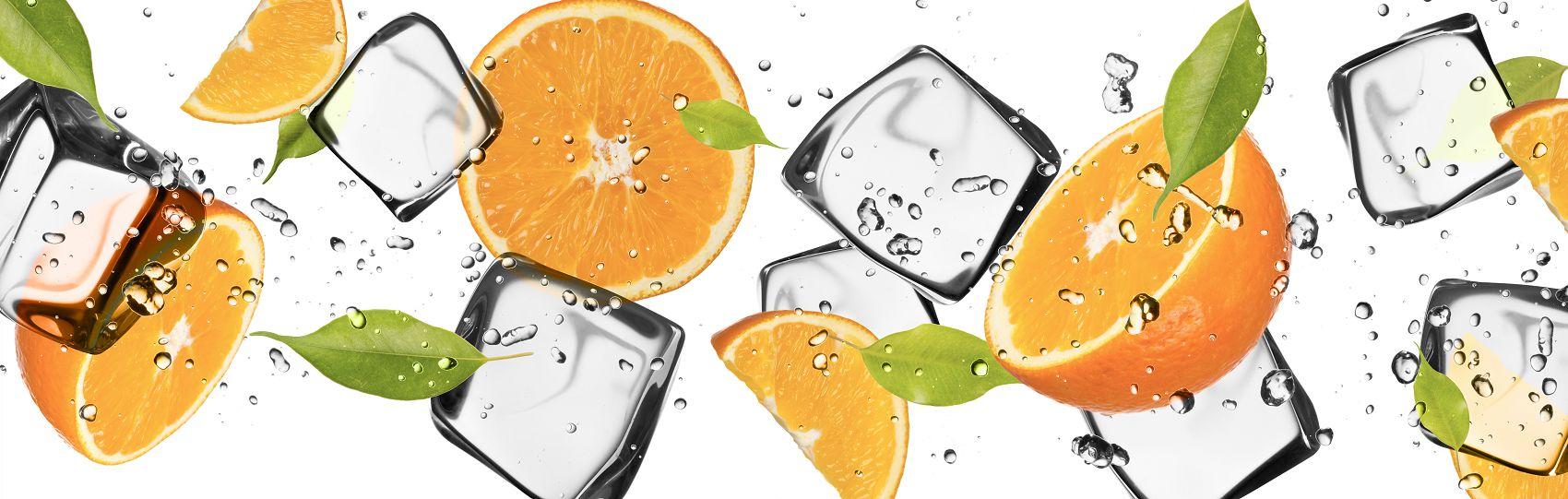 Скинали фрукты с кубиками льда