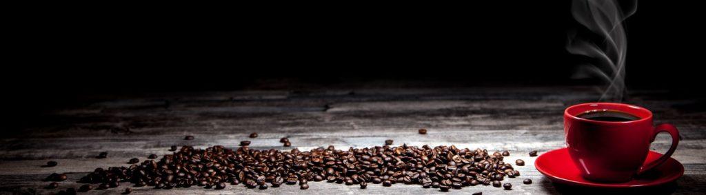 Красная чашка кофе на столе