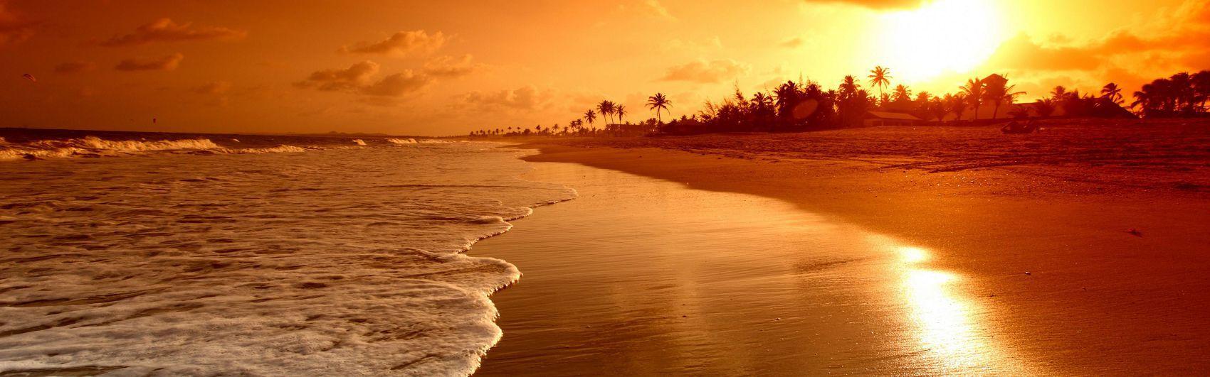 Панорама моря вид на пляж с закатом