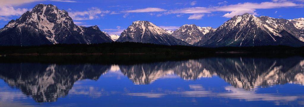 Пейзаж с горами и озером
